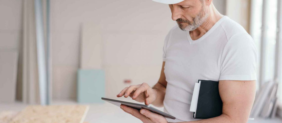 man googles difference between a pest inspector, pest technician and pest manager